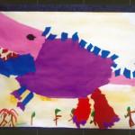 大きな恐竜がいまにもとびだしてきそうです。色画用紙をたくさんちぎって、わたしだけの恐竜を作りました。